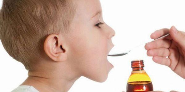 Ребенок принимает гомеопатический сироп