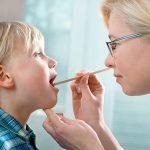 Осмотр ротоглотки у ребенка врачом