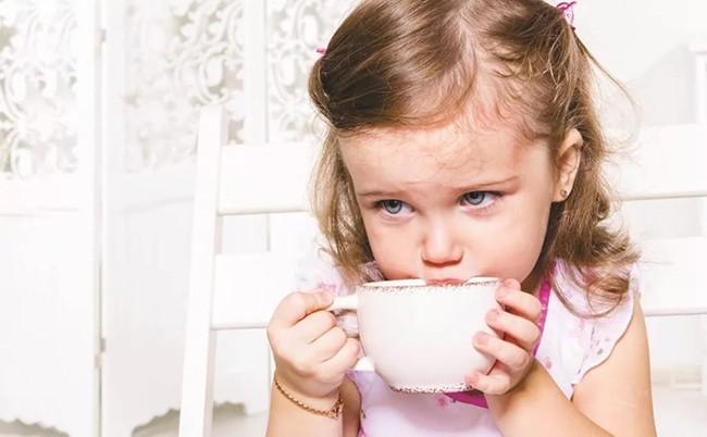 Девочка пьет липовый отвар при кашле