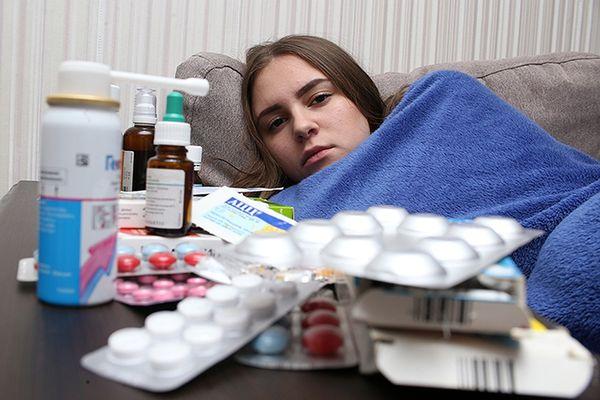 Лекарства для лечения кашля и заболевшая девушка