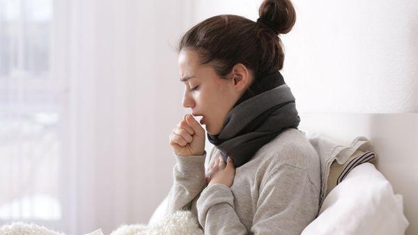 Девушка кашляет после вакцины от гриппа