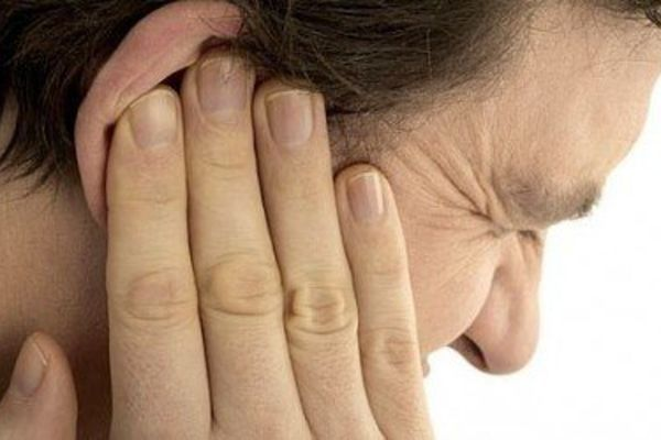 Сильная боль в ухе у мужчины