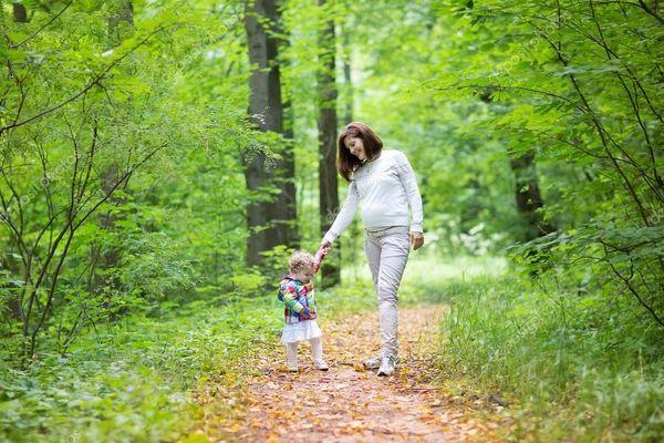 Прогулка в лесу с ребенком