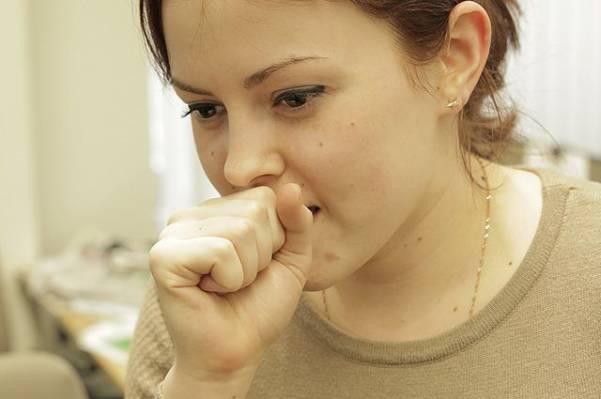 Сухой кашель у девушки
