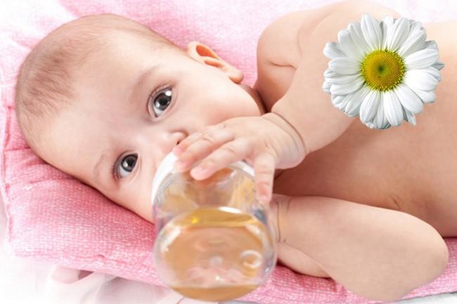 Ребенок пьет средство на основе ромашки от кашля