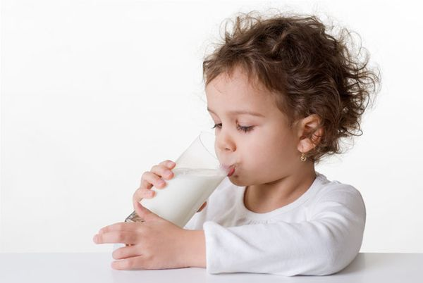 Ребенок пьет молоко с луком при кашле
