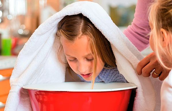 Ингаляция ребенка над солью при кашле